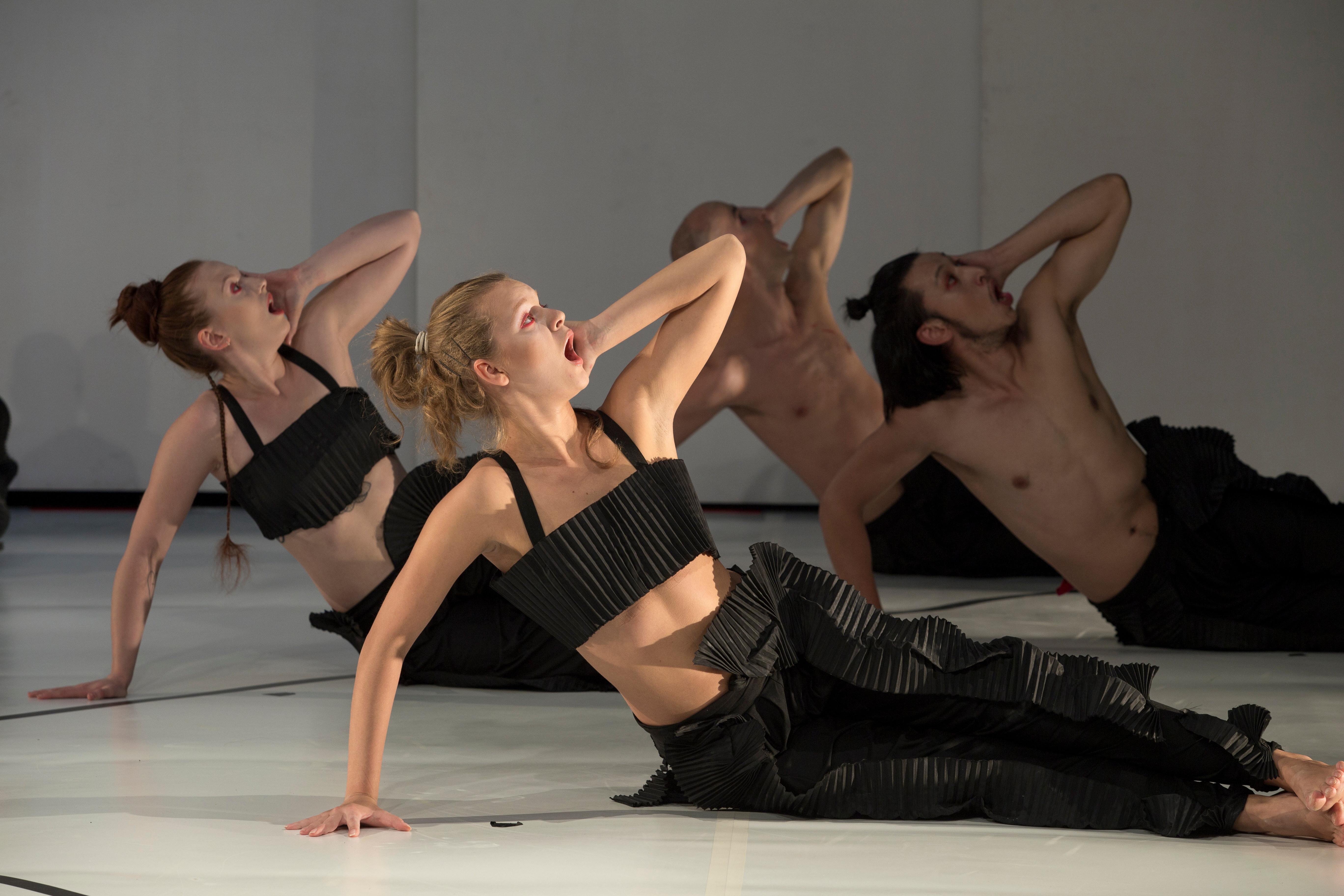 Театр с голыми актрисами, полная версия спектакля с голыми артистами на сцене 4 фотография