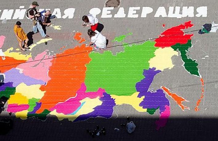 Карту России можно увидеть бесплатно перед Университетом геодезии