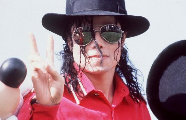 Наулицах показывают Майкла Джексона