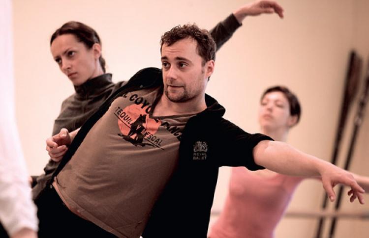 """«Минорные сонаты""""— балет без сюжета, поэтому хореограф Слава Самодуров объяснял артистам, """"про что движение»"""