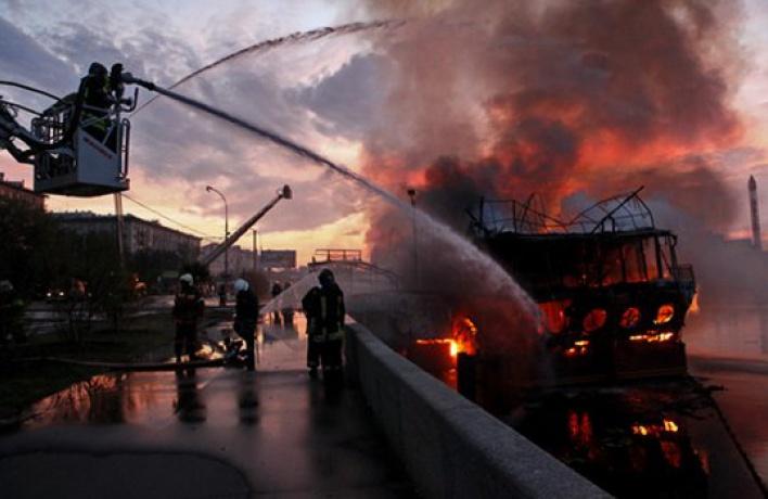 Сгорел плавучий ресторан «Мама Зоя»