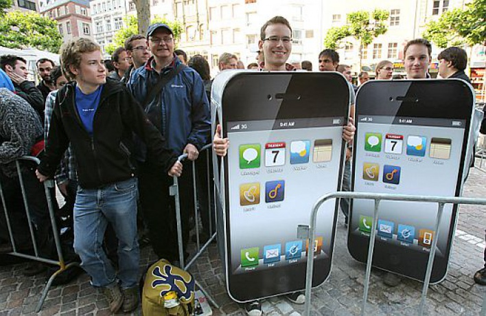 ВМоскве начались продажи iPhone 4: телефон поцене ноутбука