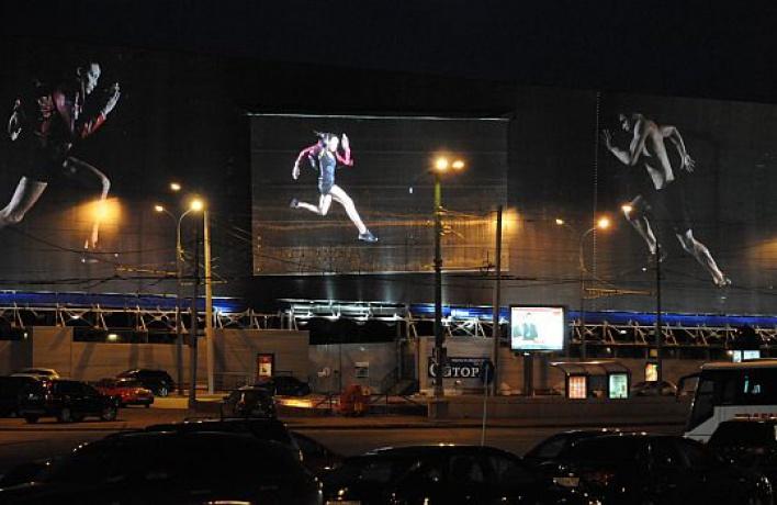 НаВасильевском спуске установили самый большой рекламный экран вмире