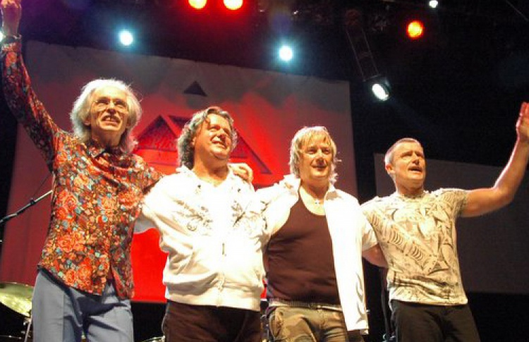 Asia. Carl Palmer (Emerson, Lake & Palmer, Великобритания), Steve Howe (Yes, Великобритания), Jonn Wetton (King Crimson, Великобритания), Geoff Downes (The Buggles, Великобритания)
