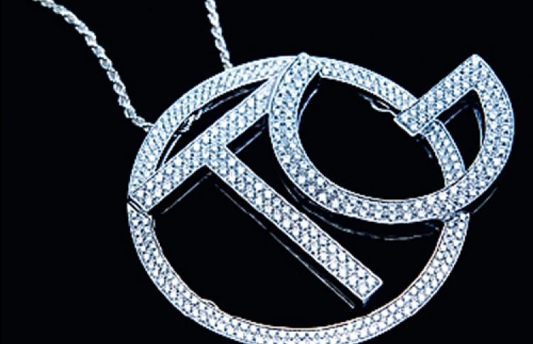 Для коллекции ювелирных украшений «Императрица» дизайнер придумала изделие избелого золота ибриллиантов 3TG.