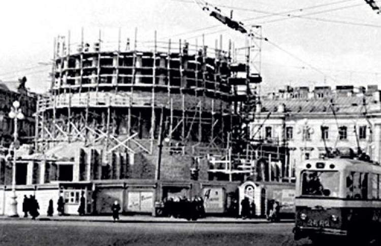 Вэтом году площади Восстания исполняется 300 лет