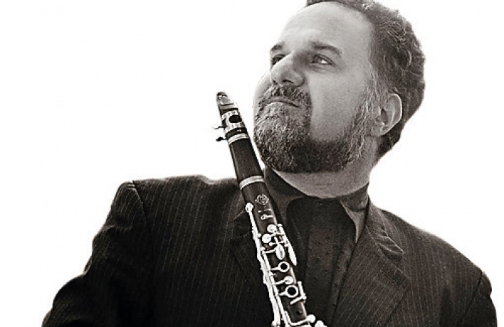 Зажигательный клезмер висполнении кларнетиста-франкофила Дэвид Кракауэр