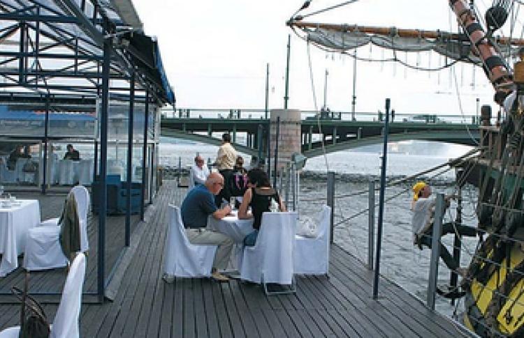 Ресторан Океан, «пришвартованный» уБиржевого моста, открывает новую клубную площадку— Paluba Bar.