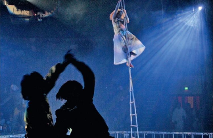 После двухлетних скитаний порегионам легендарное шоу Андрея Могучего «Кракатук» возвращается вПетербург