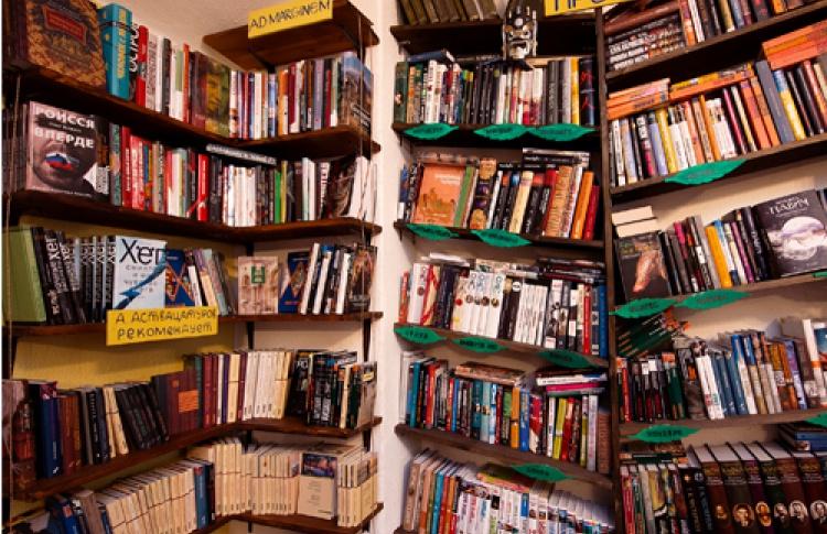 Впространстве «Все свободны» можно посмотреть выставку, попить чая, купить или тут жеприсесть почитать взятую сполки книгу