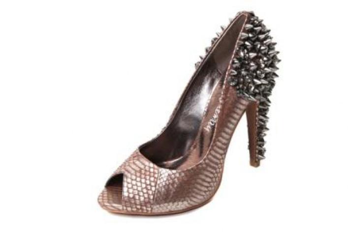 Серебро, шипы измеи украшают обувь Sam Edelman