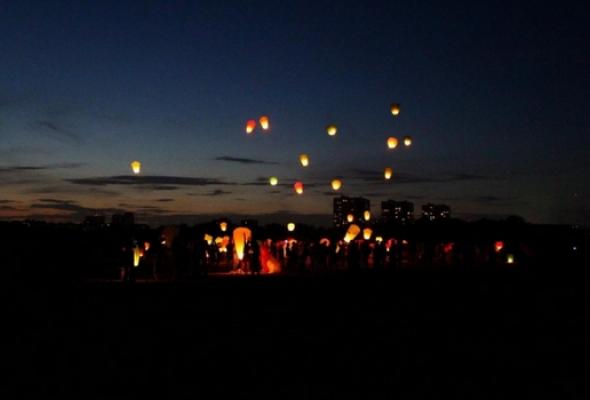 Массовый запуск небесных фонариков - Фото №0