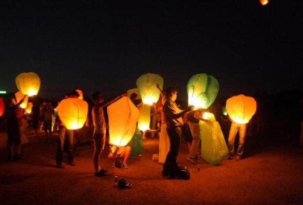Массовый запуск небесных фонариков - Фото №1