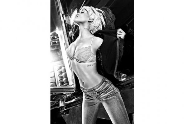 Рианна стала лицом новой бельевой линии Emporio Armani - Фото №1