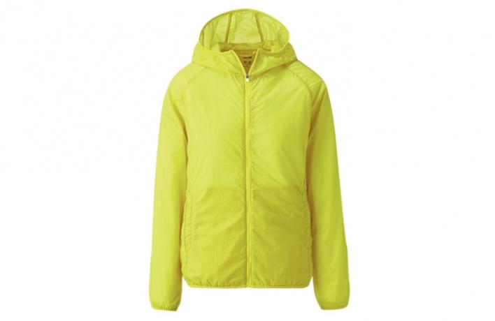 ВUniqlo появились цветные нейлоновые куртки квесне