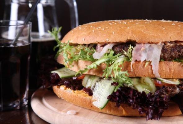 Free Bar бесплатно кормит бургерами весом 2,5кг - Фото №4