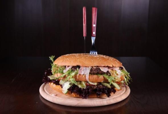 Free Bar бесплатно кормит бургерами весом 2,5кг - Фото №3