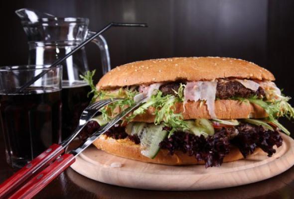 Free Bar бесплатно кормит бургерами весом 2,5кг - Фото №5
