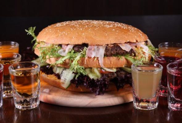 Free Bar бесплатно кормит бургерами весом 2,5кг - Фото №6
