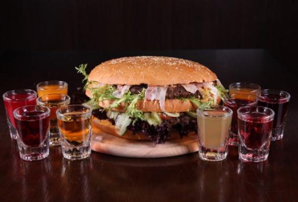 Free Bar бесплатно кормит бургерами весом 2,5кг - Фото №7