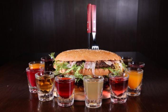 Free Bar бесплатно кормит бургерами весом 2,5кг