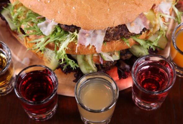 Free Bar бесплатно кормит бургерами весом 2,5кг - Фото №0