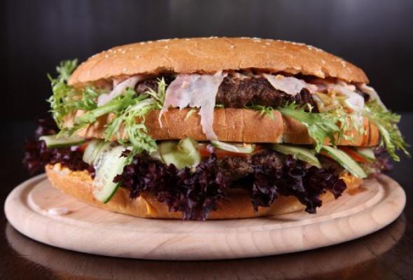 Free Bar бесплатно кормит бургерами весом 2,5кг - Фото №1