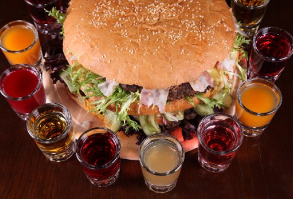 Free Bar бесплатно кормит бургерами весом 2,5кг - Фото №2