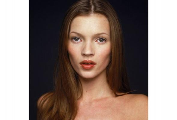 НаФотобиеннале показывают Кейт Мосс иЕлизавету II - Фото №1