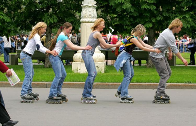 Впарках Москвы бесплатно учат кататься нароликах