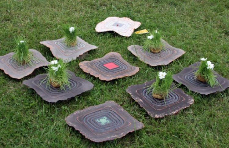 Стекло и керамика на траве