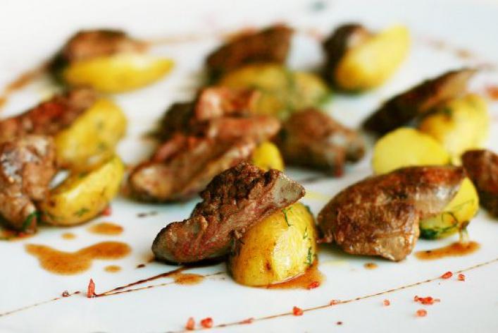 Летние блюда: брускетты, креветки и гаспачо с гребешком