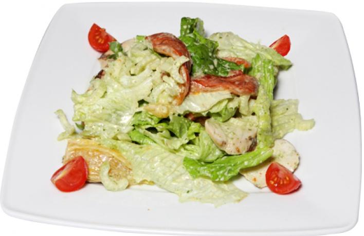 Рецепт: Салат изкуриной грудки, обжаренной нагриле, ссоусом песто