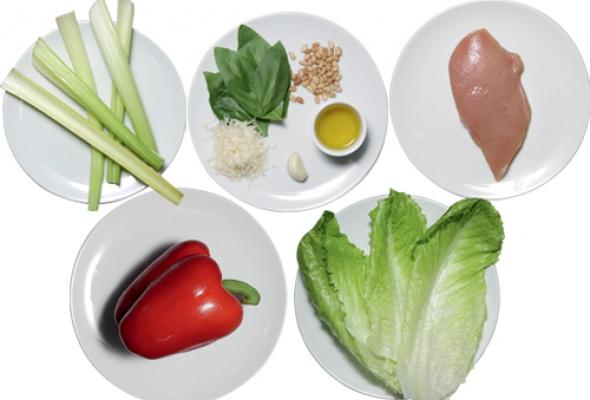 Рецепт: Салат изкуриной грудки, обжаренной нагриле, ссоусом песто - Фото №1
