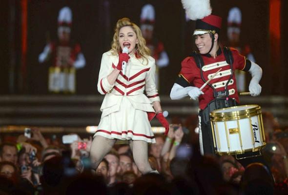 Мадонна: 7скандалов «MDNA» - Фото №3