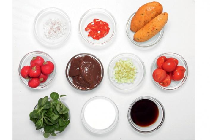 Рецепт: Телячья печень слистьями салата корн, свежим чили, молодым редисом ичиабаттой