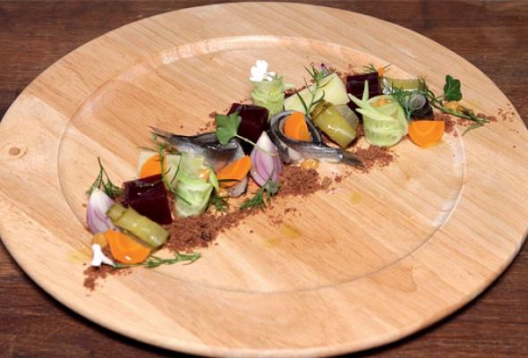Рецепт: Винегрет иззапеченных овощей сбалтийской килькой наржаной крошке - Фото №0