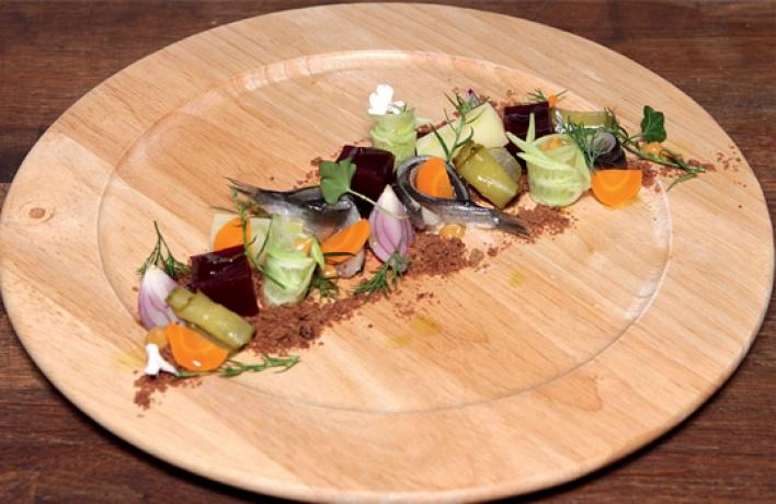 Рецепт: Винегрет иззапеченных овощей сбалтийской килькой наржаной крошке