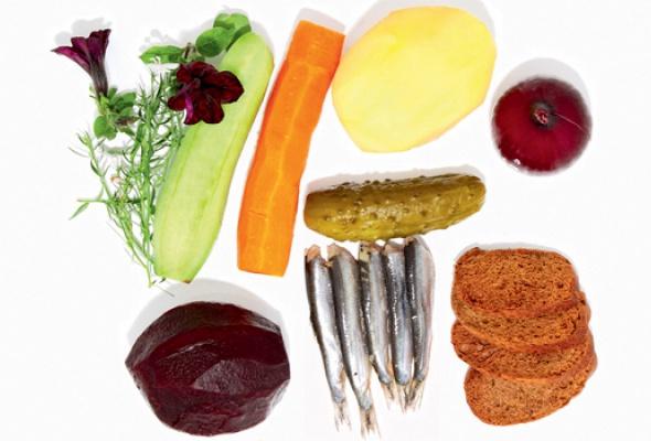 Рецепт: Винегрет иззапеченных овощей сбалтийской килькой наржаной крошке - Фото №1