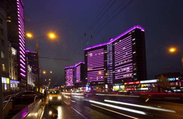 Ярко-розовая подсветка украсила Новый Арбат