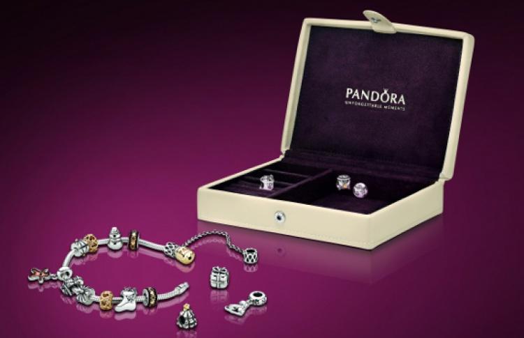 Pandora раздает новогодние подарки