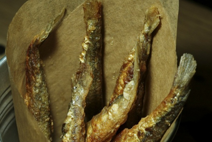 Весенняя еда: корюшка введре, кукурузный цыпленок ирецепты Папы Римского