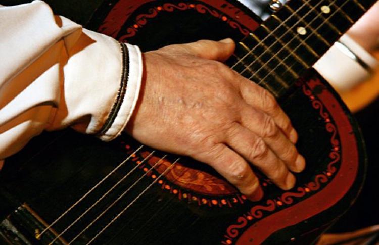 С бубном и гитарой