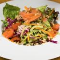 Рецепт: Свежий салат смаринованным лососем