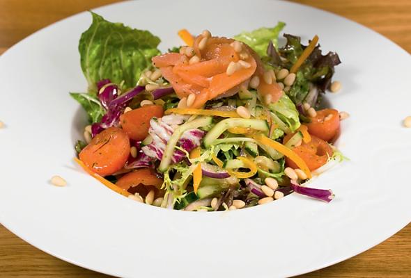 Рецепт: Свежий салат смаринованным лососем - Фото №0