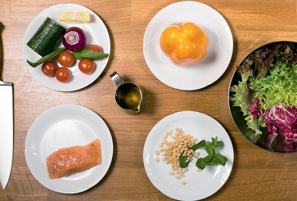 Рецепт: Свежий салат смаринованным лососем - Фото №1