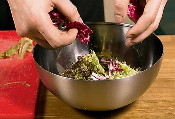 Рецепт: Свежий салат смаринованным лососем - Фото №3