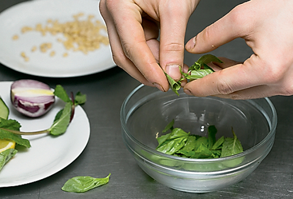 Рецепт: Свежий салат смаринованным лососем - Фото №6