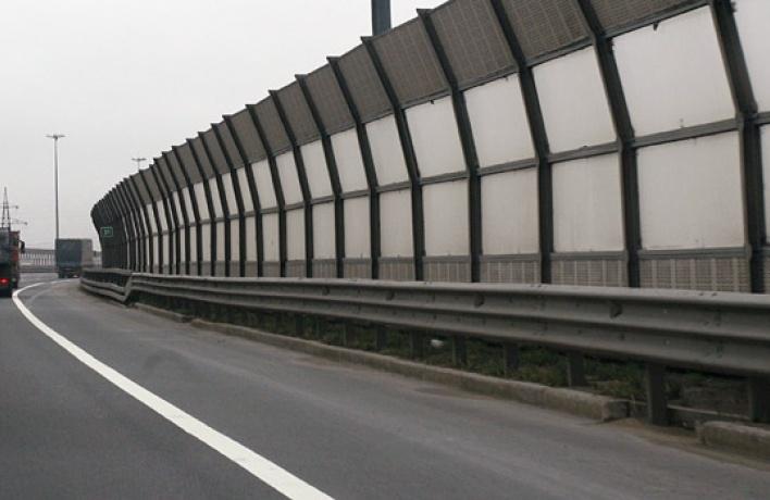 Шумозащитные ограждения вдоль трасс оборудуют лазерными проекторами