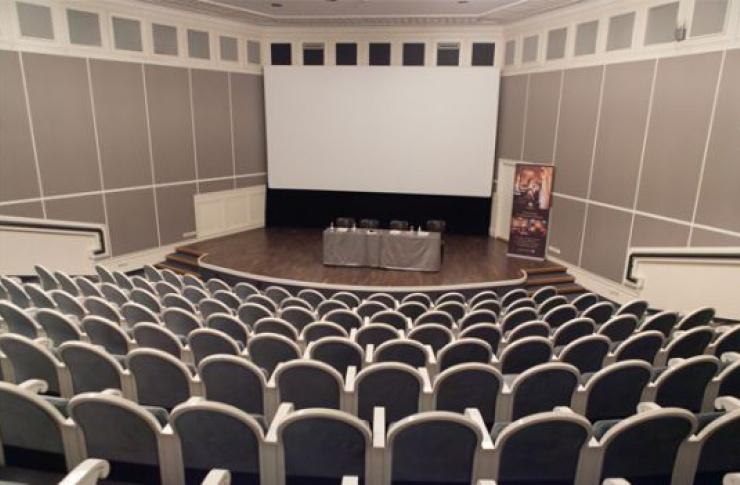 Киносреда в Angleterre Cinema Lounge
